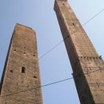 高くそびえる2本の斜塔